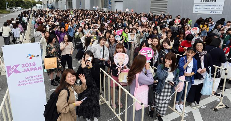 KCON 2018 JAPAN 내 아티스트 팬미팅 행사인 Meet&Greet 입장을 기다리는 일본인 관객들