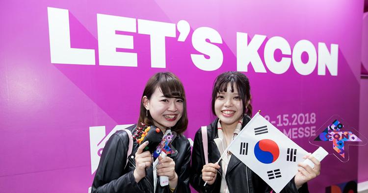 KCON 2018 JAPAN 컨벤션을 즐기고 있는 현지 관객들
