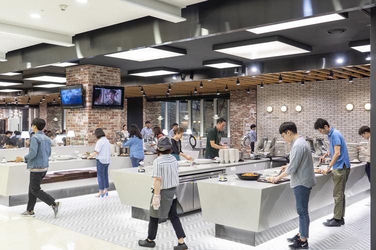 깔금한 ENM 구내식당에서 직원들이 식판에 음식을 담고 있다.