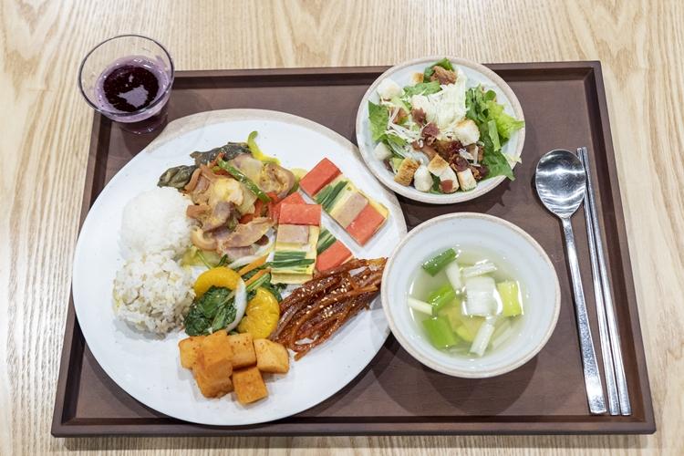 오늘의 메인 메뉴, 족장피. 고기와 야채를 아주 적절한 비율로 골고루 담겨져 있다.