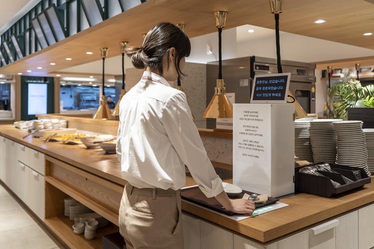 중구 제일제당센터 구내식당에한 직원이 사원증을 대자 모니터에서 맞이 인사가 출력되고 있다