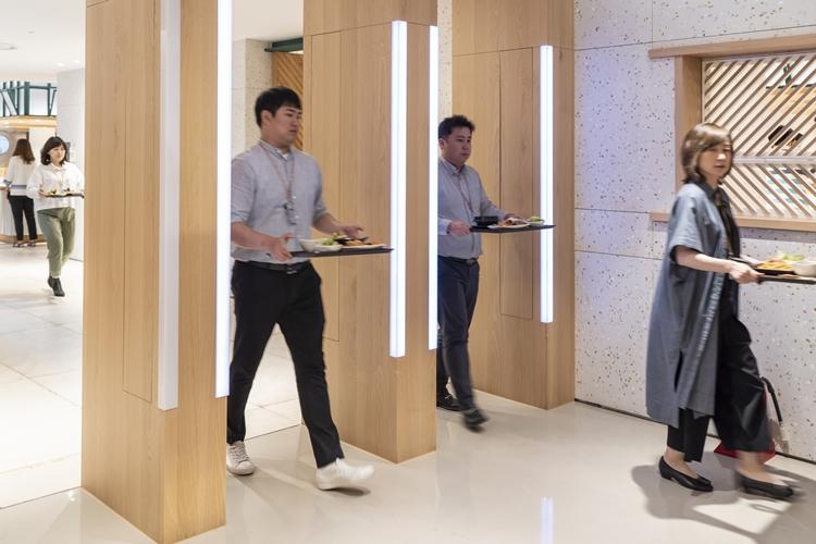 중구 제일제당센터에서 직원이 지나가면 자동으로 사원증 태그를 읽는 자동결제 시스템으로 직원이 지나가고 있다