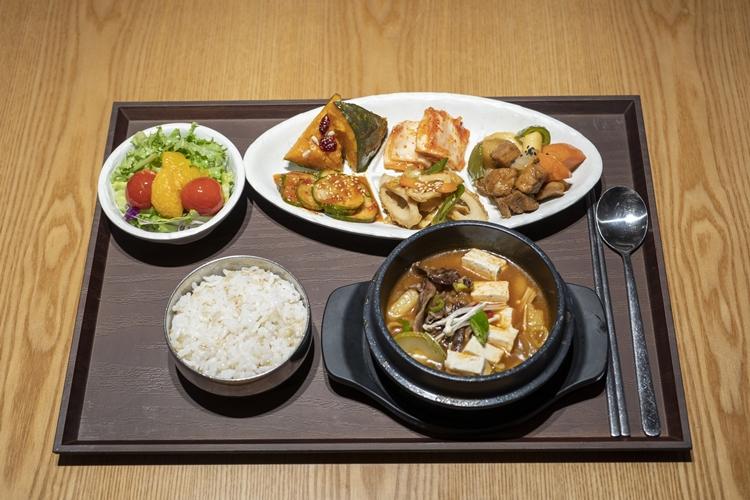 탐스럽게 담겨진 반찬과 샐러드 그리고 뚝배기에 담긴 찌개 그리고 공기밥이 놓여져 있다