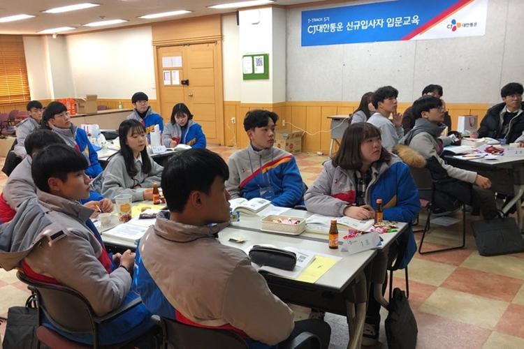 제이트랙으로 입사한 학생들이 입문교육을 받으며 테이블에 모여 있다