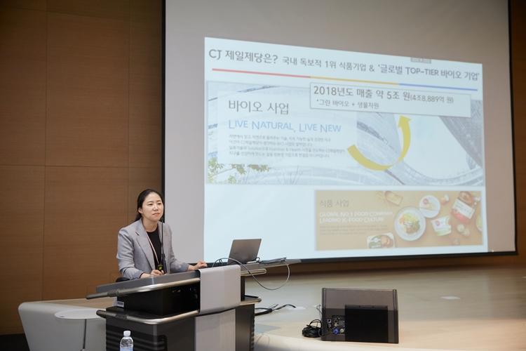 김소영 CJ제일제당 바이오기술연구소장이 기자들이 참석한 CJ제일제당 BIO기술연구소 R&D 토크에 진행자로 나서 바이오사업 매출과 성장 수치를 소개하고 있다.