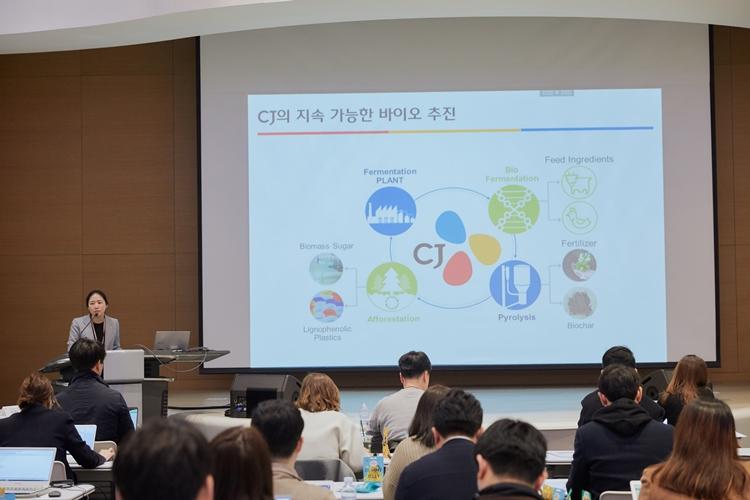 김소영 CJ제일제당 바이오기술연구소장이 기자들이 참석한 CJ제일제당 BIO기술연구소 R&D 토크에 진행자로 나서 발표자료를 통해 바이오사업의 밝은 미래를 소개하고 있다.