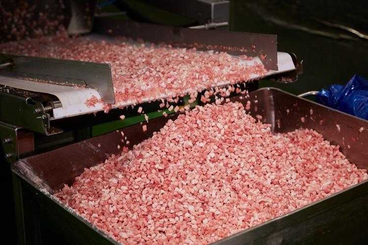 CJ제일제당 인천냉동식품공장에서 비비고 만두 속에 들어가는 돼지고기가 깍둑썰기, 즉 육각형으로 잘라 나오는 모습이다.