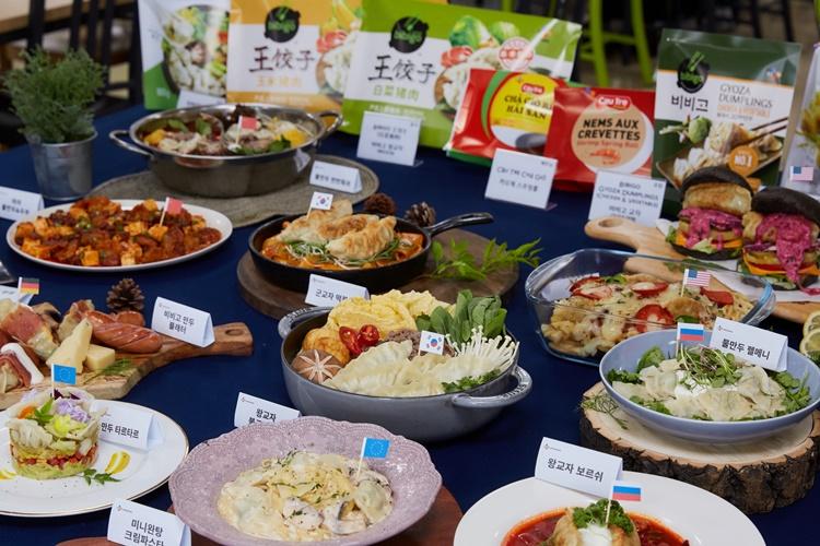 글로벌 만두로 만든 각 나라 전통 음식 만찬! CJ엠디원 푸드스타팀과의 협업으로 완성한 음식 사진이다.