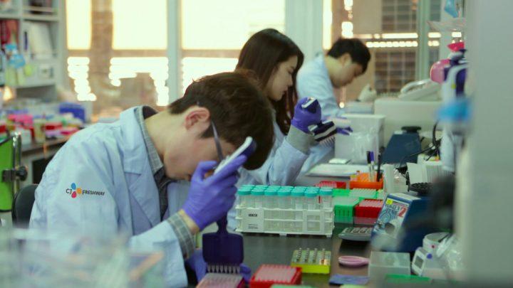 CJ프레시웨이의 식품안전센터에서 직원이 성분 검사를 하고 있는 모습