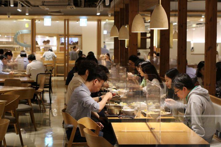 서울 중구 쌍림동 CJ제일제당 센터 구내식당에서 직원들이 식사를 하고 있는 모습_02