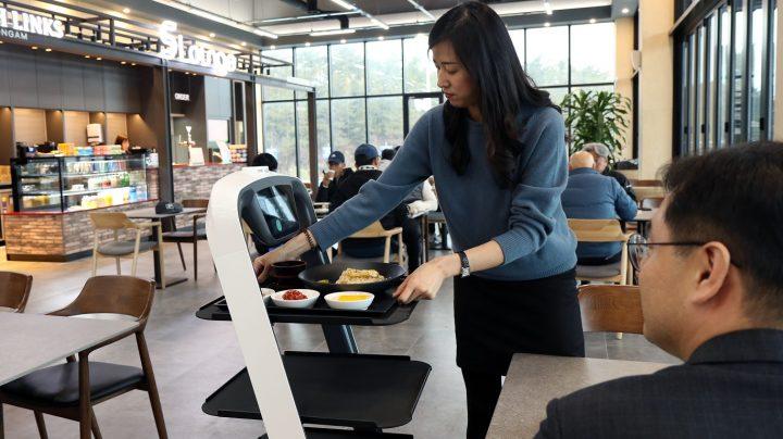 CJ프레시웨이 'S라운지'에서 로봇이 서빙한 식사를 하고 있는 모습