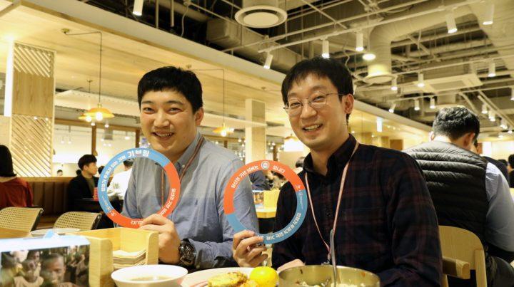 CJ제일제당 센터 구내식당에서 진행한 '제로웨이스트-제로헝거' 캠페인에 동참한 직원들이 활짝 웃고 있는 모습