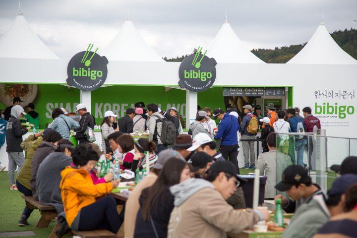 2017년 THE CJ CUP 대회장에 마련된 비비고존에서 갤러리들이 한식을 즐기고 있다