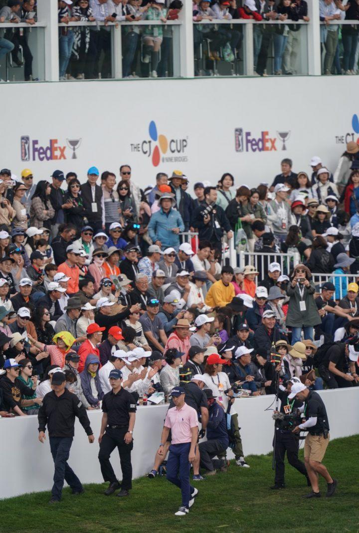 2019년 더CJ컵 18번홀 그린 주변 스탠드에 모여 있는 관중들