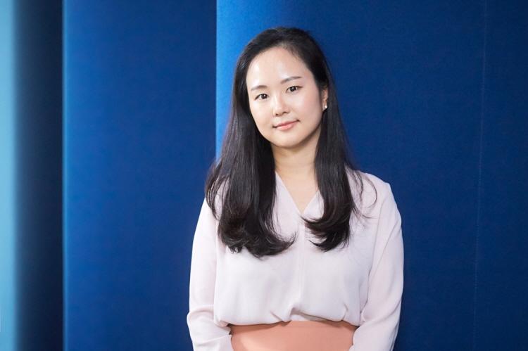 2017년 CJ제일제당 IP개발팀에 입사한 김은혜 님이 파란색 벽 앞에 서서 단아한 표정으로 사진 촬영에 입하고 있다.