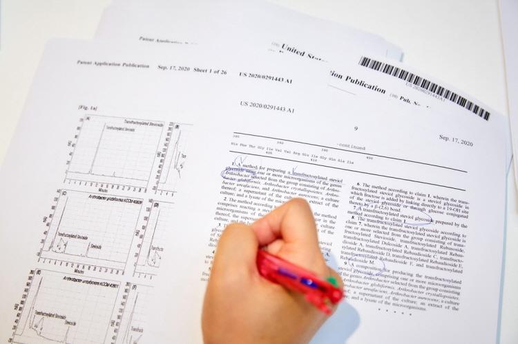 CJ제일제당 제품 지적재산권 과련 영문 문서에 볼펜으로 하나씩 체크하는 김은혜 님의 손 사진