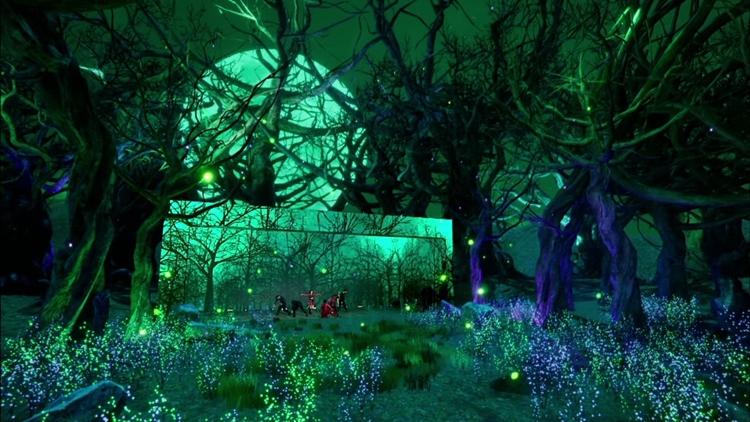 나무와 숲으로 꾸며진 무대에 초록빛 초명을 비춰 어두우면서 신비스러운 분위기를 연출한 카드의 무대.