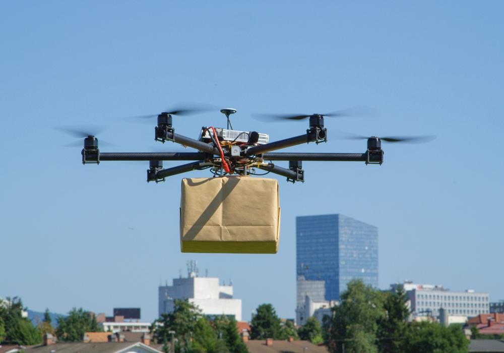 드론을 통해 택배 상자가 배달되는 사진. 많은 물류 기업은 드론을 통해 긴급한 물품을 도서, 산간 지역에 배송할 수 있는 서비스를 만들고 있다.