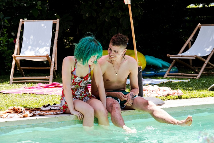 모지스와 풀에서 행복한 시간을 보내는 밀라의 모습이다. 이들은 수영장에 걸터 앉아 물에 발을 담그며, 웃고 있다.