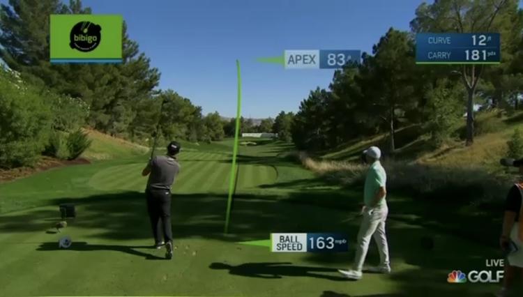 더CJ컵 NBC 중계 비비고 가상광고 이미지. 필드에서 남성 두 명이 골프를 치고 있고, 골프공이 날아가는 속도가 측정되고 있는 모습.