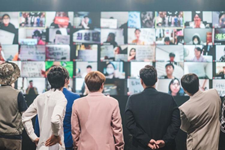 올해 3쿼터 부터 랜선 방청객 시스템을 시도하며 안전한 프로그램 제작에 힘쓰고 있는 tvN '코미디 빅리그' 방송 사진이다. 무대에 선 출연진들이 랜선 방청객의 메시지를 읽으며 소통하고 있다.