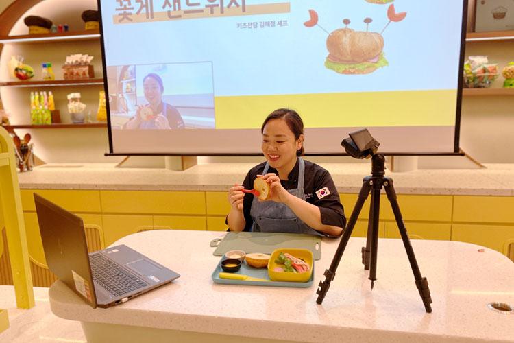 CJ프레시웨이 김혜정 키즈전담 셰프가 아이온택트를 통해 '맛있는 오감학교' 수업을 진행하고 있다.