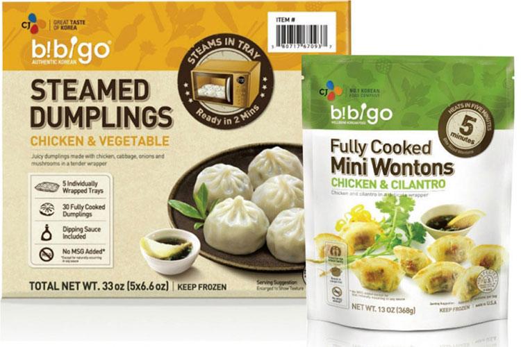 미국에서 판매중인 비비고 만두 제품. 왼쪽 제품은 치킨과 야채가 혼합된 만두 제품이고, 오른쪽 제품은 치킨과 고수가 혼합된 만두 제품이다.