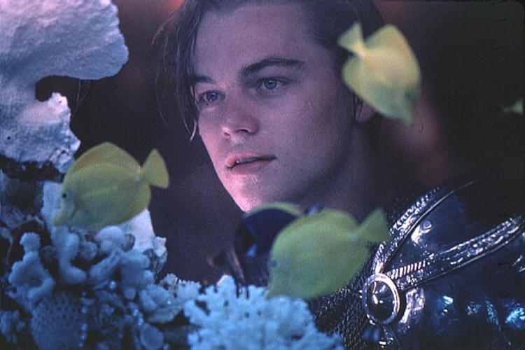 영화 '로미오와 줄리엣'에서 로미오 역을 맡은 레오나르도 디카프리오가 수조를 사이에 두고 줄리엣을 바라보는 장면이다.