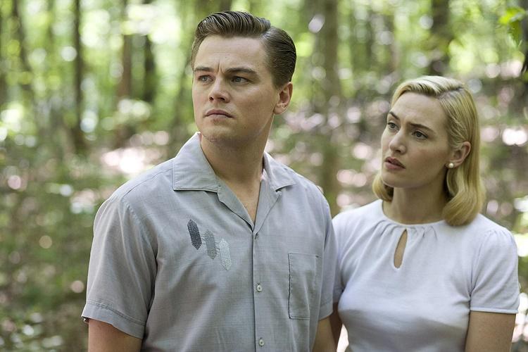 영화 '레볼루셔러니 로드'에서 미국 중산층 가정의 가장 역을 맡은 레오나르도 디카프리오가 극중 아내 역을 맡은 케이트 윈슬렉과 함께 서 있는 장면이다.