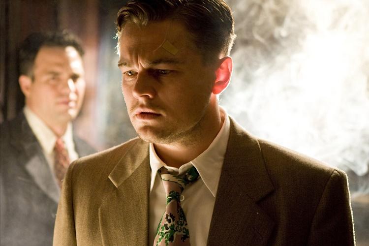 영화 '셔터 아일랜드'에서 사건을 해결하는 형사 역을 맡은 레오나르도 디카프리오가 심각하게 고민하는 모습을 담은 장면이다. 이 장면에는 함께 출연한 마크 러팔로도 등장한다.