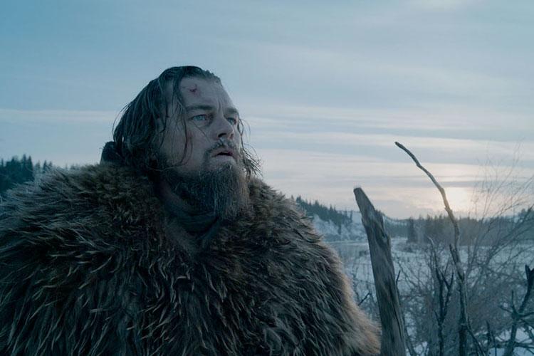영화 '레버넌트: 죽음에서 돌아온 자'에서 휴 글래스 역을 맡은 레오나르도 디카프리오가 동물 가죽 옷과 지팡이를 짚고 설원을 가로지르며 아들을 죽인 법인을 잡기 위한 여정을 떠나는 장면이다.