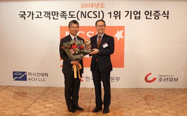 국가곡객만족도 1위 기업 인증식에서 CJENM대표이사님이꽃다발을 들고 한국생산성본부 회장과 기념촬영중이다.