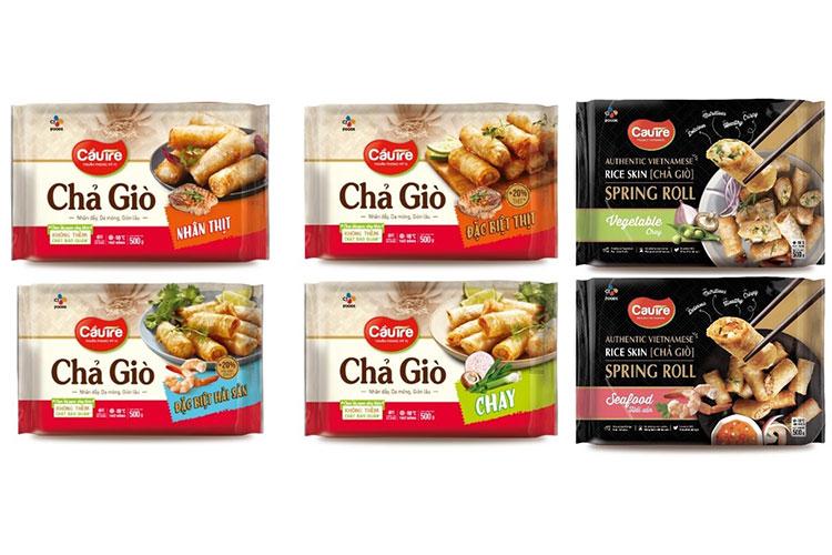CJ까우제 라이스 스프링롤 제품 이미지. 왼쪽 4개 제품은 베트남에서 판매중인 스프링롤 제품이고, 오른 쪽 2개 포장지에 검은색이 들어간 제품은 스프링롤 수출용 제품이다.