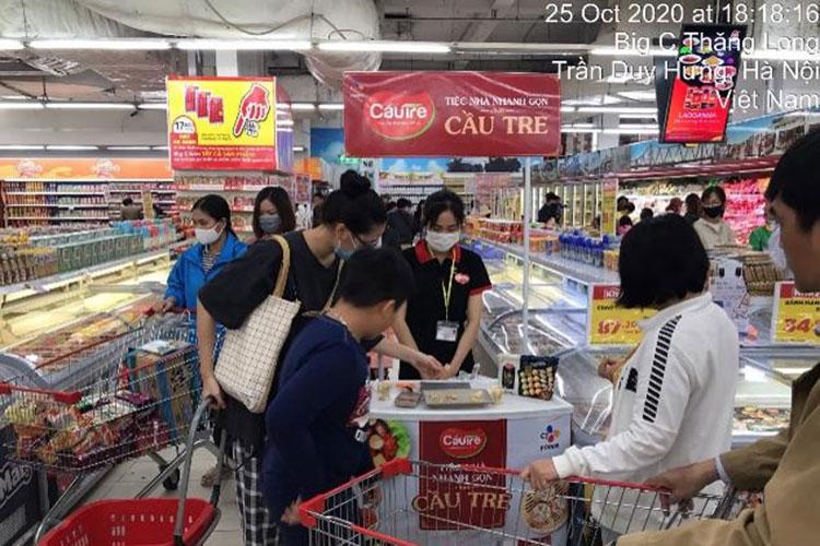 CJ까우제 스프링롤 시식행사를 열고 있는 베트남의 한 매장 사진. 다수의 고객들이 카트를 멈춰놓고 스프링롤을 시식하고 있다.