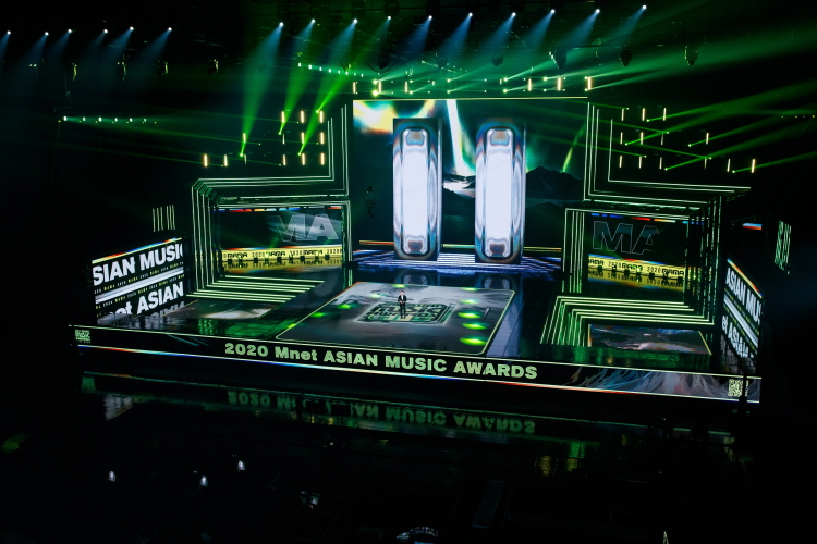 2020 MAMA 무대 전경 사진. 2020 Mnet ASIAN MUSIC AWARDS 문구가 새겨진 무대 위에 이날 사회자인 송중기가 등장해 행사를 진행하고 있다.