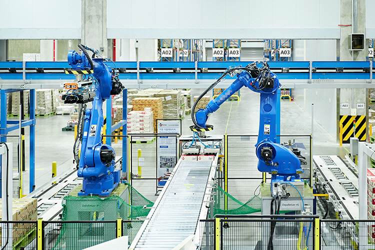 CJ대한통운의 물류 로봇이 햇반 박스를 옮기고 있다. 이처럼 CJ대한통운의 자동화 설비는 전자상거래를 이용하는 일반 고객에게 즉각적 서비스를 제공할 수 있는 동력으로 활용된다.