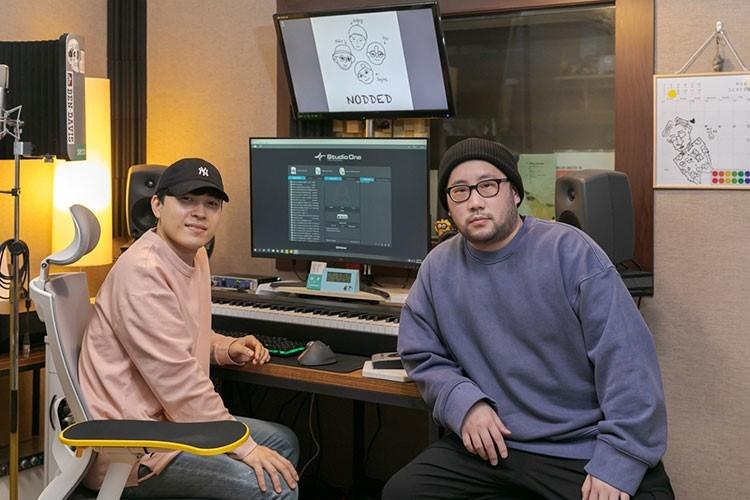 한·태국 문화 교류를 위한 희망의 합창곡을 만든 오펜 뮤직 (왼쪽부터)제인스, 나이브 작곡가. 음악 작업에 필요한 건반, 마이크, 모니터 등이 설치된 둘의 작업실에서 인터뷰를 진행하는 모습이다.