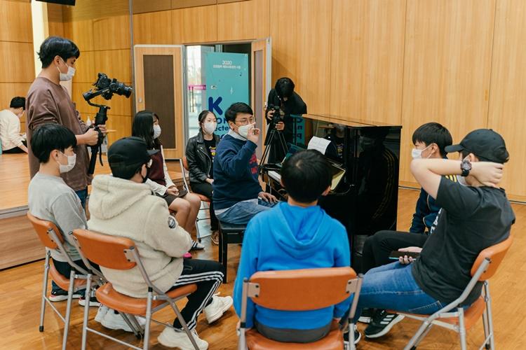 2020 K-CONnected Project in Thailand 행사에 참여한 한국 학생들, 피아노 앞에 앉은 선생님과 함께 합창곡 연습에 매진했다.