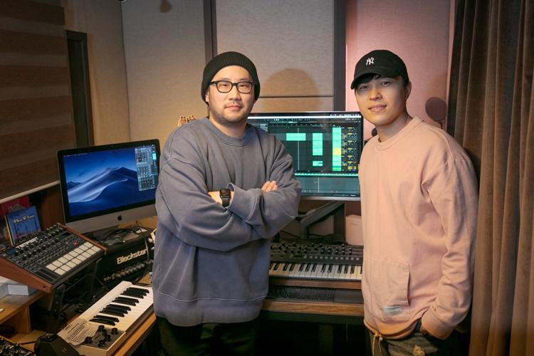 나이브 작곡가의 작업실 앞에서 사진 촬영에 응하고 있는 (왼쪽부터) 나이브, 제인스 작곡가