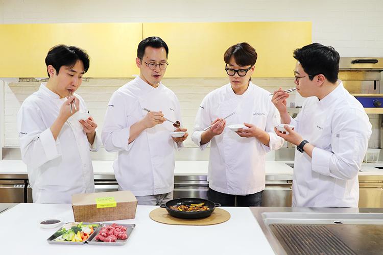 신태섭 셰프를 포함한 총 4명의 쿳킷 담당 셰프가 사내 주방에서 메뉴 개발을 위해 직접 만든 음식을 맛보고 있다.