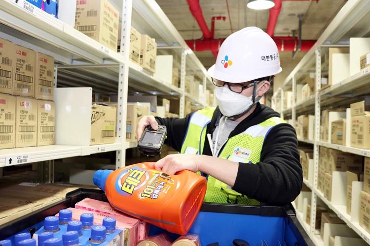 메가허브 곤지암에서 풀필먼스 서비스로 고객이 주문한 세탁 세제를 직접 체크하고 배송 준비를 하고 있는 CJ대한통운 직원.