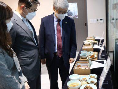 3일 문종석 CJ프레시웨이 대표(가운데)와 김한수 비지팅엔젤스코리아 대표(오른쪽)가 서울 상암동 CJ프레시웨이 사옥에서 시니어케어 식단 '엔젤스밀' 쿠킹클래스를 마친 뒤 식단을 둘러보고 있다.