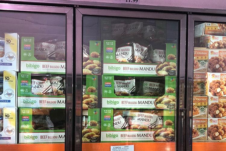 미국 코스트코 매장에 진열된 비비고 만두 사진. 사진 내 비비고 만두 제품은 비프 불고기 비비고 만두로 냉장 진열되어 있다.