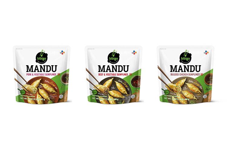 'Dumpling' 대신 'Mandu'로 표기한 비비고 만두 미국 판매 제품 사진. 왼쪽 부터 돼지고기와 야채가 들어간 만두, 소고기와 야채가 들어간 만두, 소고기와 닭고기가 들어간 만두 제품 순으로 배열되어 있다.