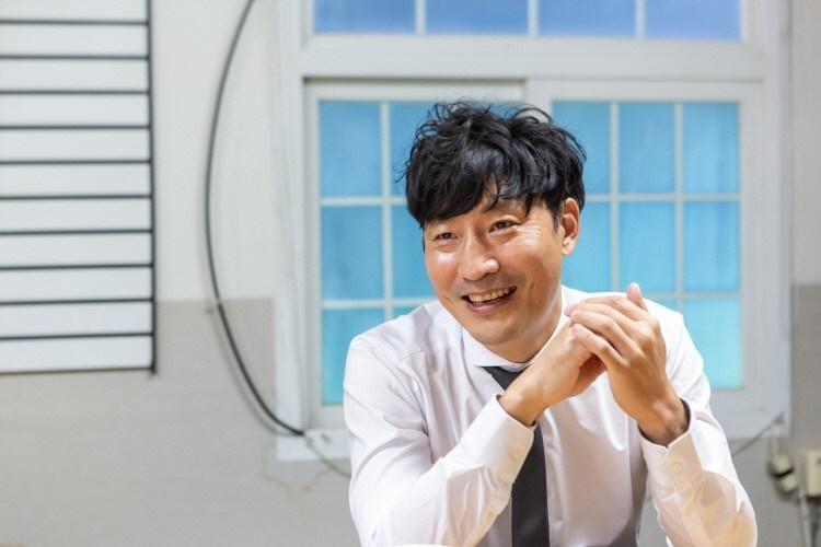 조주영 대표가 손을 모으고 앉아 있는 모습.