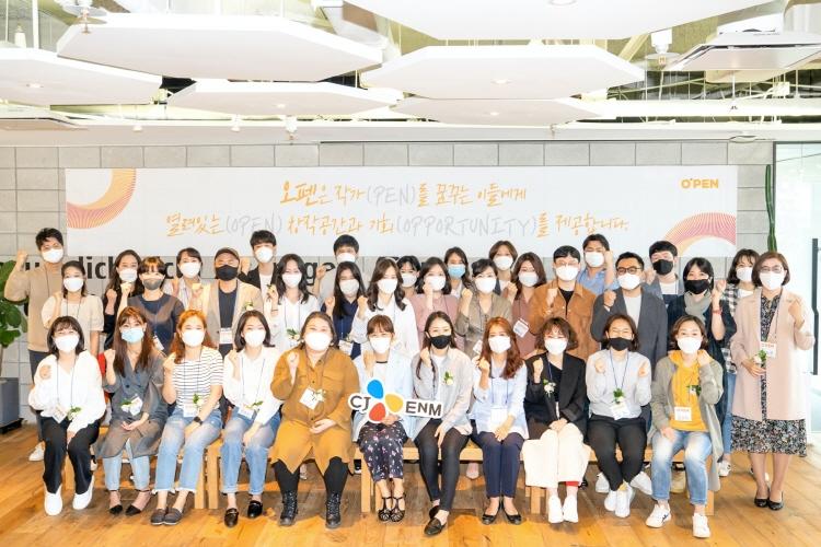 신인 드라마·영화 작가를 발굴하고 데뷔까지 할 수 있도록 도와주는 CJ ENM 대표 사회공헌사업인 오펜 4기 작가들이 전용 창작공간 오펜센터에서 카메라를 향해 화이팅 포즈를 취하고 있다.