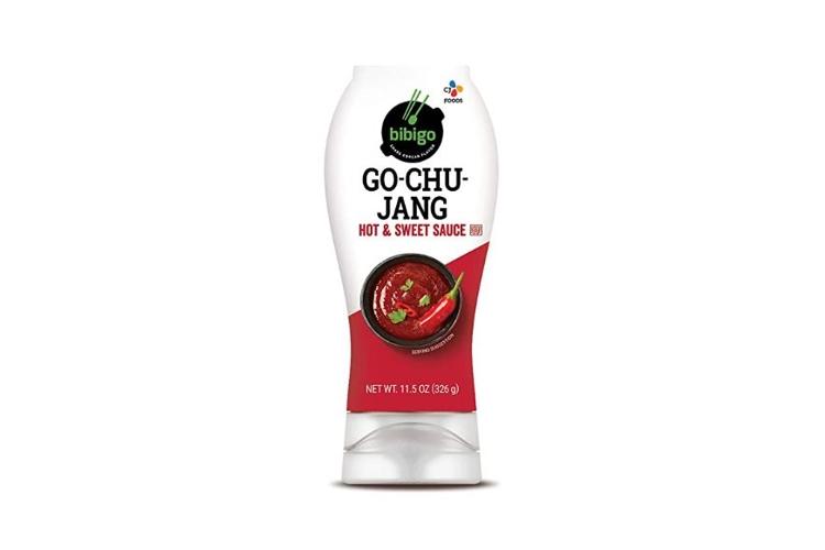 미국에서 판매중인 CJ제일제당 비비고의 고추장 Hot&Sweet 소스통 이미지. 하얀 바탕에 고추장 그림이 그려져 있고, Go-Chu-jang이라고 적혀있다.