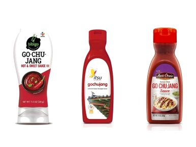 해외에서 판매되고 있는 CJ제일제당의 고추장 3종 이미지. 가장 왼쪽은 비비고 고추장, 가운데는 itsu에 선보인 기와가 그려진 고추장 패키지, 세 번째는 볶음밥에 고추장이 뿌려진 이미지가 있는 애니천 고추장 패키지.