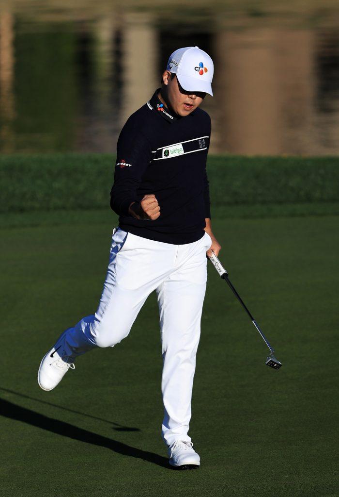 프로골퍼 김시우가 미국프로골프(PGA)투어 아메리칸 익스프레스 최종라운드에서 17번홀 버디를 성공한 후 주먹을 불끈 쥐고 있다. 김시우는 이번 우승으로 통산 3승째를 기록했다.