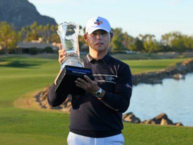 김시우가 미국프로골프(PGA)투어 아메리칸 익스프레스 우승컵을 들어올리며 미소를 짓고 있다. 김시우는 이번 우승으로 3년 8개월 만에 통산 3승을 거머쥐었다.